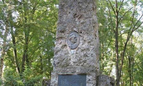 Памятник Адольфу Алунану
