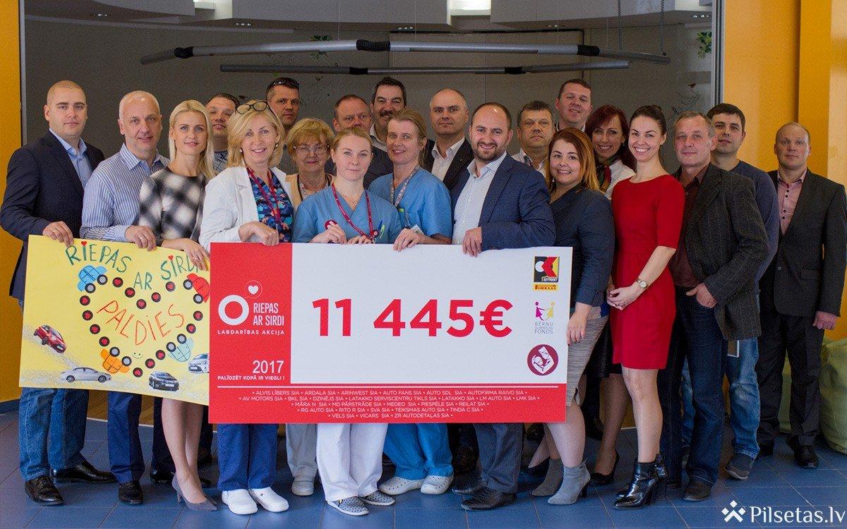 """""""Riepas ar sirdi"""": Latakko un Pirelli Key Point ziedos 10 000 eiro Bērnu klīniskās universitātes slimnīcas fondam"""