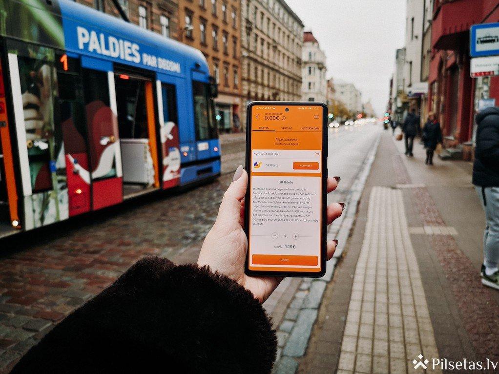 """Biļeti braucienam """"Rīgas satiksme"""" sabiedriskajā transportā  turpmāk būs iespējams iegādāties ar Mobilly"""