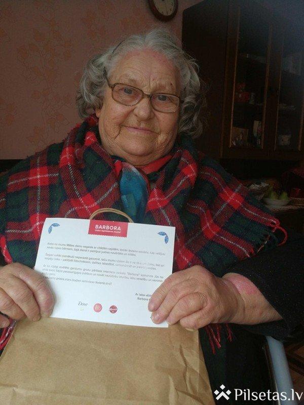 Barbora ar pārtikas dāvinājumu sveic 500 reģionālo pansionātu iedzīvotājas Mātes dienā
