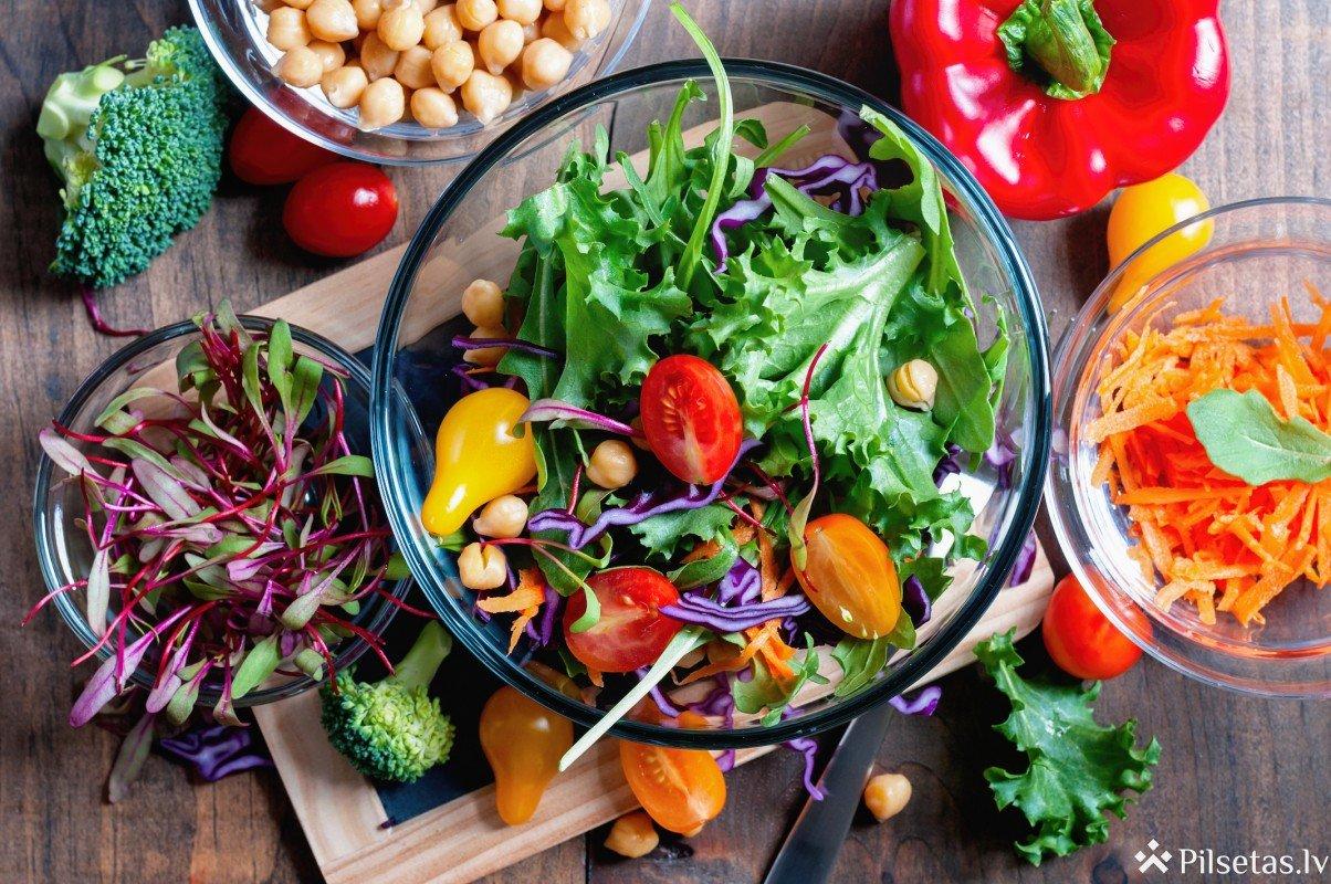 Pieci svaigi un sātīgi salāti pārgājienam dabā – iesaka Barbora garšas eksperts Dzintars Kristovskis