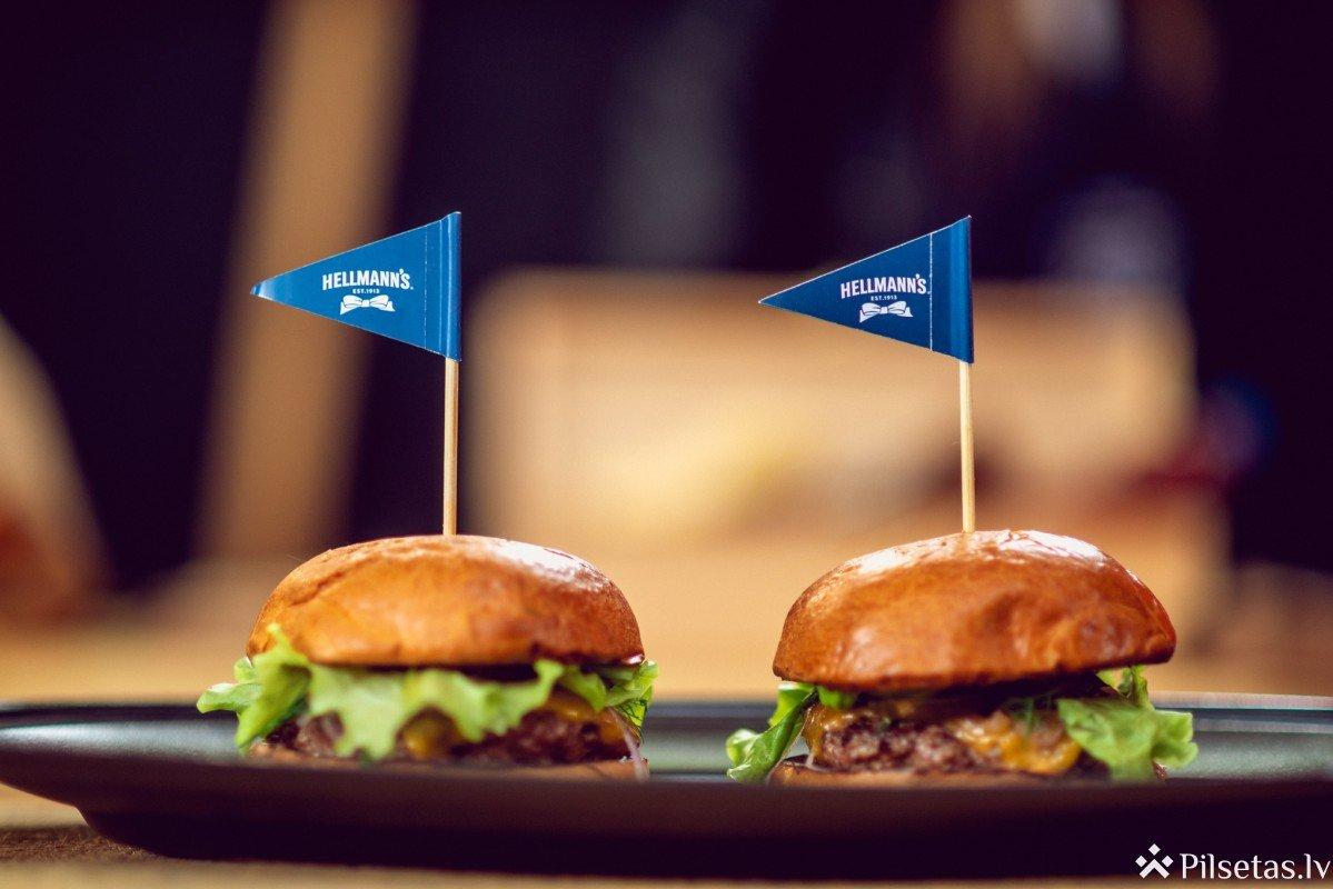 Ar jautru burgeru ballīti Rīgas gardēži ieskandina grila sezonu