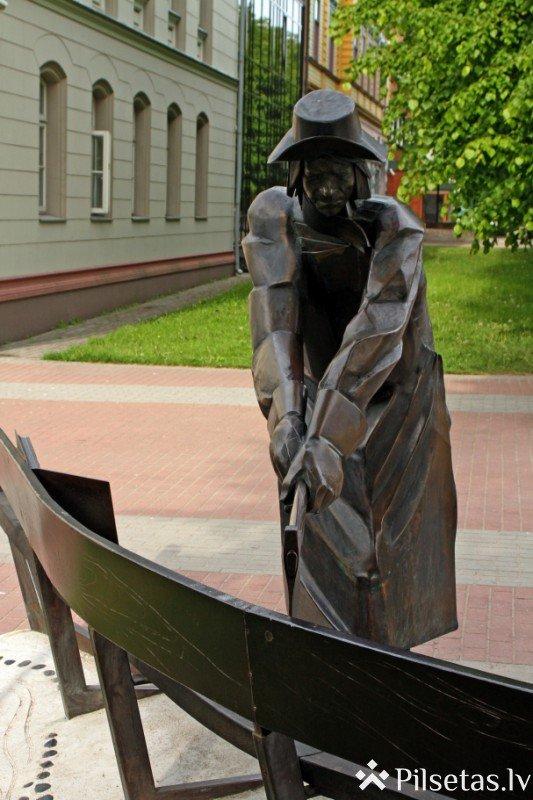 Liepājas himnas tēlu skulptūras