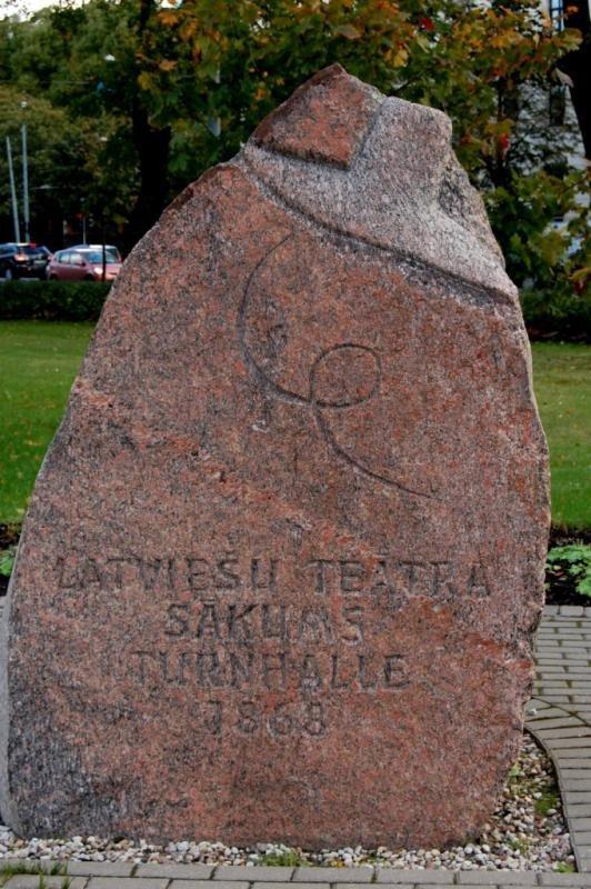 Piemineklis pirmajam latviešu teātrim Kronvalda parkā