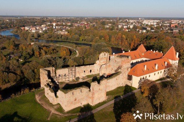Uz restaurācijas darbu laiku Bauskas pils tornī noņemts Latvijas valsts karogs