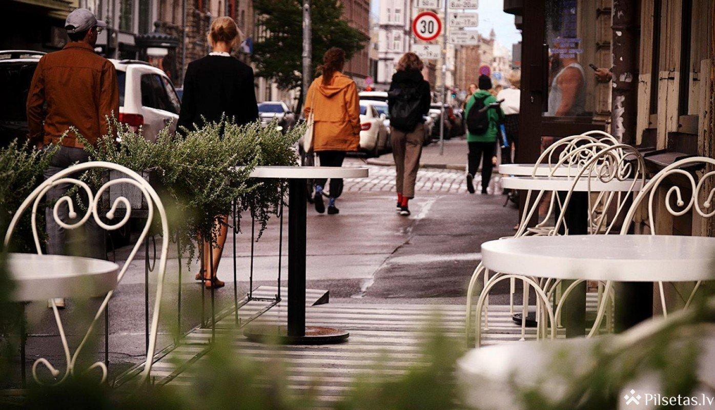 Kafejnīcu vasaras terases Rīgā turpmāk varēs ierīkot pēc tipveida risinājuma