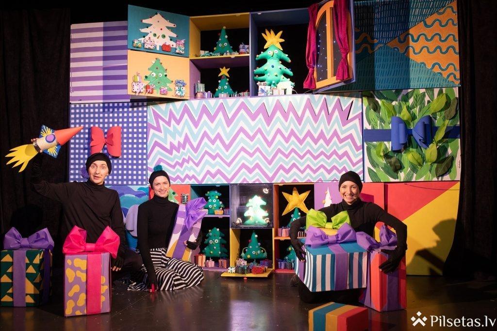 """Liepājas Leļļu teātra jaunākā izrāde """"Ziemassvētku vecīši sāk dumpi"""""""