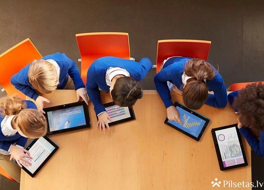Diskusija par sociālo tīklu un mākslīgā intelekta ietekmi uz jauniešiem.