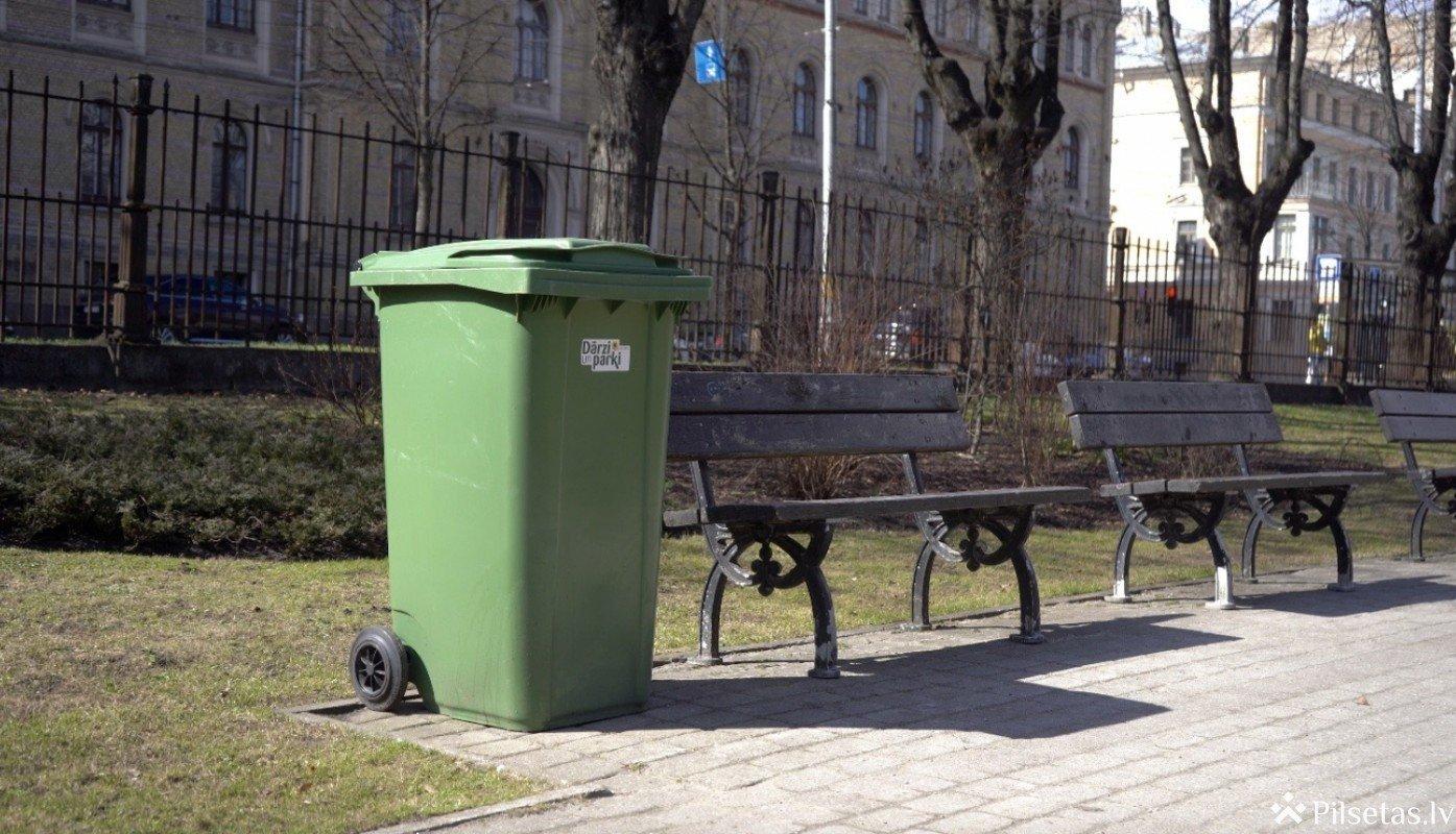 Rīgas dārzos un parkos atkritumu savākšanai izvietoti lielāka izmēra konteineri