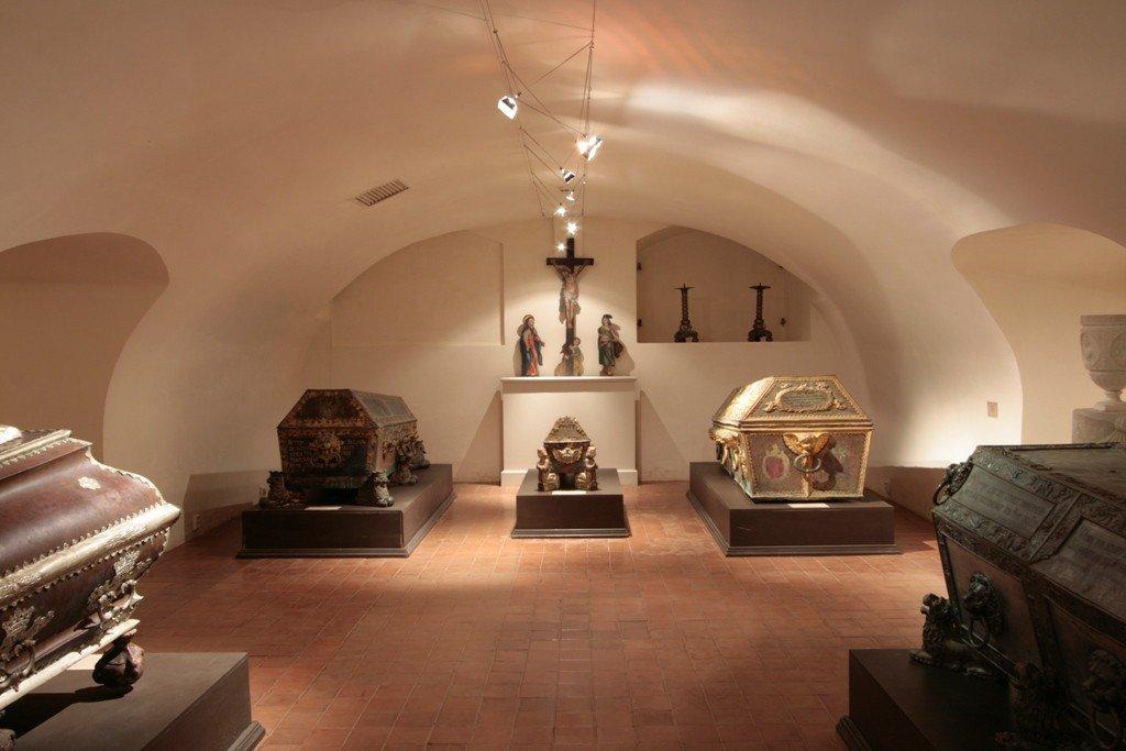 """Rundāles pils muzeja ekspozīcija Jelgavas pilī """"Kurzemes un Zemgales hercogu kapenes"""""""