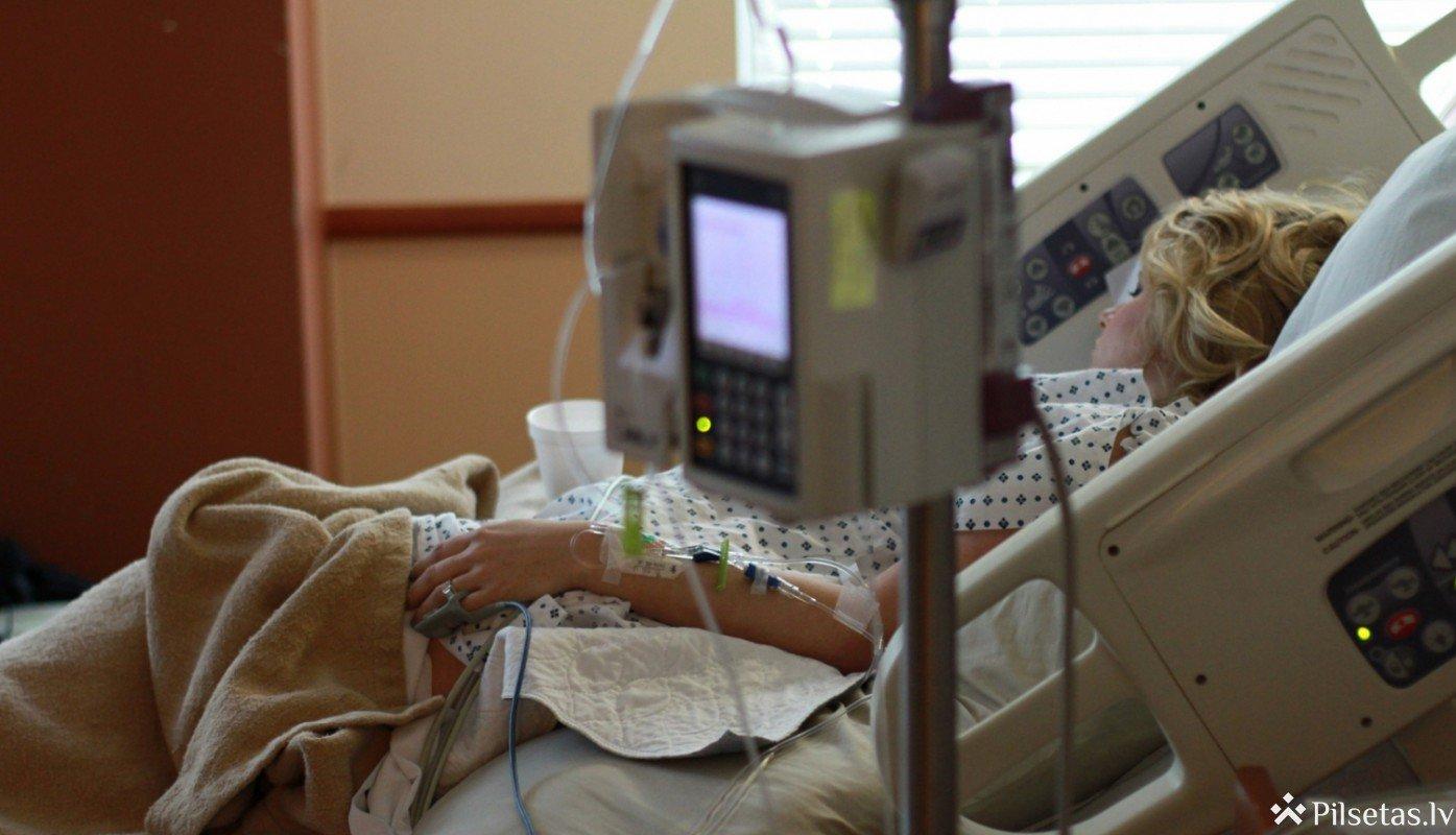 Mazinoties Covid-19 pacientu skaitam, viņu ārstēšanu nodrošinās tikai lielākajās slimnīcās