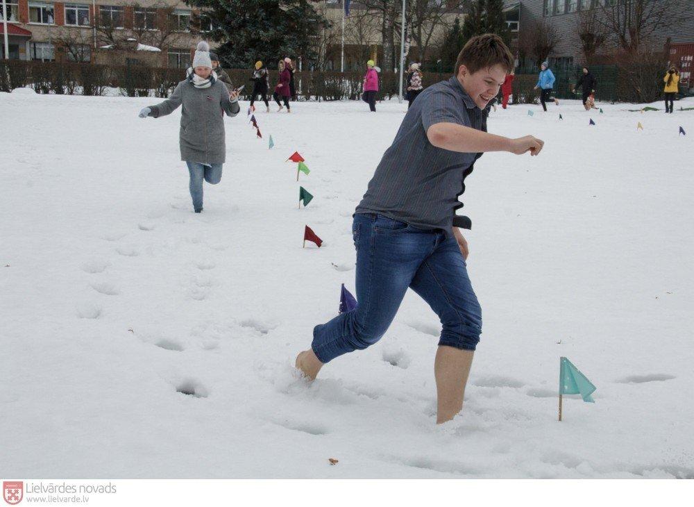 Svētdien pie Lielvārdes novada Sporta centra norisinājās Sniega dienas aktivitātes, kuru kulminācija – skrējiens ar basām kājām pa sniegu